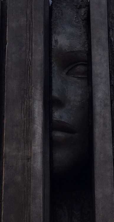 tall face sculpture (cropped)